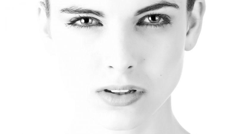 Gładka twarz kobiety bez zmarszczek